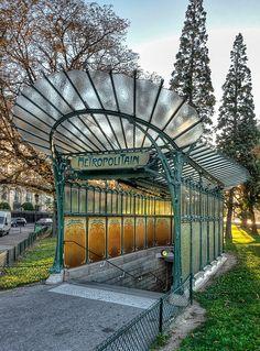 ARCHITECTURE: entrée du métro parisien, les lignes rappel le travail sur la nature, les plantes et les insectes caractéristique de l'art nouveau