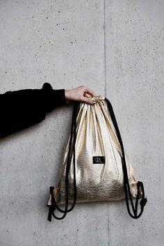 Erfahrt, wie ich Turnbeutel für das Mode Label Wunschleder designe und in welchen Aufgabenbereiche ich noch involviert bin. Schaut vorbei !   Hermine on walk   Streetstyle   Minimal Fashion   Turnbeutel Diy Backpack, Fashion Backpack, Cary Bag, Tote Bags, Diy Bags Tutorial, Mode Collage, Shopping Bag Design, Illustration Mode, Metallic Bag