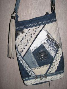 im Boho-Stil. 1 Handtasche im Boho-Stil. im Boho-Stil. Denim Handbags, Denim Tote Bags, Denim Purse, Purses And Handbags, Clutch Purse, Crazy Patchwork, Patchwork Bags, Quilted Bag, Jean Purses