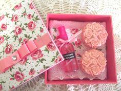 Caixa em MDF forrada com tecido+ 1 toalha de lavabo com aplique do mesmo tecido+ 1 aromatizador spray + 2 sabonetes Rosa de provence.