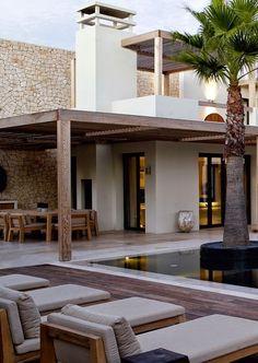 LEEM Wonen schreef over het project 'Portugese vakantievilla' van Piet Boon en neemt je vanuit de mediterrane tuin mee naar binnen! Geniet!