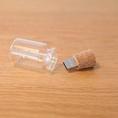 こちらのUSBのコンセプトは「形がないデジタルのデータを小瓶のなかに保存する」というもの。 このコンセプトを知ってからもう一度見ると、ただ記憶させるもののはずのUSBが 大好きなものや大切なものがたくさん詰まった宝箱のように見えてきます。 データは目には見えないけれど、この小瓶の中には確かに色々なものが詰まっています。