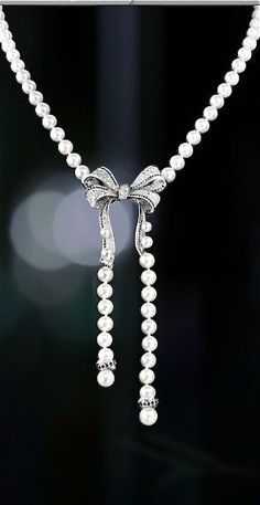 Chanel Pearls with a Diamond Bow. I need this to go with my bow ring . Chanel Jewelry, Pearl Jewelry, Jewelry Box, Jewelry Accessories, Fashion Accessories, Fine Jewelry, Jewelry Necklaces, Jewelry Design, Fashion Jewelry