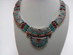 Collar artesanal tibetano elaborado con gemas de Turquesa y Coral. Mide 50 cm. de largo.