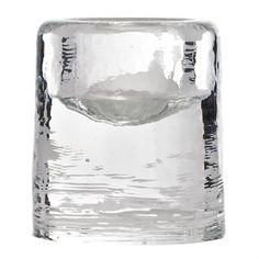 Den vackra ljuslyktan Sarek i klarglas kommer från Himla och är tillverkad i massivt glas med målat mönster. Ljuslyktan har en rustik design som påminner om smältande is och sprider ett fint sken när den är tänd. Placera en eller flera ljuslyktor på bordet och matcha den gärna med andra fina produkter från Himla att inreda ditt hem med! Välj mellan olika storlekar.