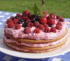 Favorite dessert ever: raspberry layer cake (lagkage med hindbærcreme) Pudding Desserts, No Bake Desserts, Delicious Desserts, Dessert Recipes, Danish Cuisine, Danish Food, Danish Dessert, Craving Sweets, Scandinavian Food