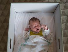 Por que os recém-nascidos da Finlândia dormem em berços de papelão?