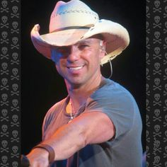 #kennychesney luv that smile! I'm PRETTY  SURE HE was pointing at me down in the sandbar.