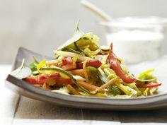 Griechische Gemüsepfanne - mit Gurkenjoghurt - smarter - Kalorien: 269 Kcal - Zeit: 35 Min. | eatsmarter.de