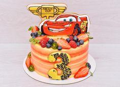 """Всем привет!✊ Ну и погодка на улице..❄️ Из дома выбираться как то не хочется.. А на фото тортик с молнией Маквин  Внутри """"Клубника-белый шоколад"""", сверху ягодки и расписные пряники! Вес торта 2,4 кг. _____________________________ По всем вопросам просьба писать в WhatsApp/Viber 89160414460 #шоколадномятныйторт #шоколадныйтортназаказ #тортикназаказ #торт #торты #домашняякондитерская #cake #desserts #sweets #кондитерскаямосква #тортбезмастики #тортбезмастикиназаказ #тортсягода..."""