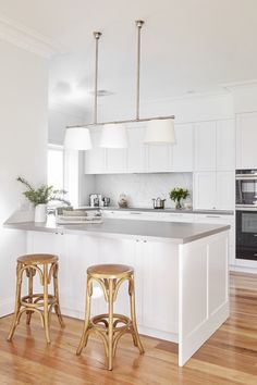 Home Renovation Tips: Enhancing The Floor Tiles Makes Huge Difference – Home Dcorz Home Decor Kitchen, Kitchen Interior, New Kitchen, Home Kitchens, Kitchen Dining, Hamptons Kitchen, Grey Countertops, Kitchen Benches, Küchen Design