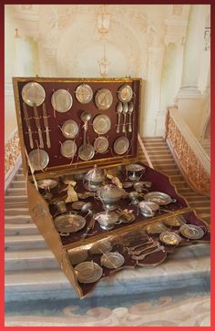 Great Early french Dishes metall in all original : Lovelyoldthings Early French, Cubby Houses, French Dishes, Vintage Box, Antique Toys, Old Toys, Toy Boxes, Dollhouse Miniatures, Decorative Boxes