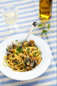 Spaghetti alle vongole (aux palourdes) comme en Italie ©Edda Onorato 360 g de spaghetti 1 kg de vongole veraci (palourdes, de Méditerranée si possible) ou à défaut des coques 1 gousse d'ail 1 petit piment d'oiseau 1 verre de vin blanc sec 1 pincée de pistils de safran (facultatif) huile d'olive vierge extra quelques feuilles de persil plat sel