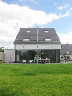 Finde moderne Häuser Designs: Neubau eines  Einfamilienhauses  mit Garage  50999 Köln. Entdecke die schönsten Bilder zur Inspiration für die Gestaltung deines Traumhauses.