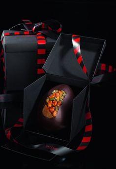 Hédiard - collection 209 - Oeuf mendiant - joli méli-mélo de mendiants provençaux sur l'une de ses faces. Amandes, raisins secs, pistaches, abricots secs alliés à la douceur du chocolat au lait...