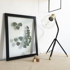 So habe ich noch ein bisschen länger etwas von dem schönen Eukalyptus  So einen Rahmen könnt ihr übrigens total einfach selbst machen.  Der Rahmen ist von Ikea. Statt der originalen Kunststoffscheibe setzt ihr einfach zwei echte Glasscheiben in derselben Grösse ein. Die können z.B. von alten nicht mehr so schönen Rahmen stammen. Findet man zu Hauf auf dem Flohmarkt. Dazwischen klemmt ihr einfach eure Lieblingspflanze. Fertig!  #diy #bilderrahmen #instaplants #decoration #danishdesignunit…
