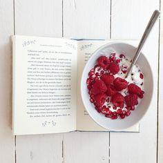 Ich weiß schon wieso ich gestern im Regen alles mögliche erledigt habe. Heute ist es ja noch kälter und nasser. Ein guter Tag um keinen Fuß vor die Haustür zu setzen zu lesen essen spielen kochen und auf DHL zu warten die erste Weihnachtsgeschenke zum Verpacken bringen  _____________________________________________  #reading #breakfast #book #potterhead #mamablogger_de #pommegranate #raspberries #greekyogurt #thetalesofbeedlethebard