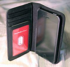 iPhone 5s BookBook Case: Die original Leder Buchhülle fürs iPhone! - http://apfeleimer.de/2013/10/iphone-5s-bookbook-case-die-original-leder-buchhuelle-fuers-iphone - Das BookBook Case für iPhone 5s und iPhone 5 ist und bleibt eine unserer Lieblingshüllen für die 4 Zoll Aluminium Apple iPhones! Wie der Name BookBook schon vermuten lässt orientiert sich das handgefertigte Leder-Case an einem Bucheinband aus echtem Leder. Sowohl das neue iPhone 5s als auch das i...