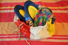 Recycled beach ball beach bag filled with beach or pool items. Diy Arts And Crafts, Fun Crafts, Crafts For Kids, Toddler Crafts, Beach Ball, Beach Fun, Cheap Gifts, Jar Gifts, Easy Projects