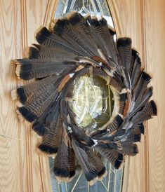 DIY Feather Thanksgiving Wreath Tutorial : If this Thanksgiving Wreath Tutorial is nothing else, it is VERY interesting! 🙂 This is a great wreath if you have access to a lot of turkey feathers! Feather Wreath, Feather Crafts, Feather Art, Floral Wreath, Hunting Crafts, Hunting Lodge Decor, Hunt Lodge, Hunting Wreath, Turkey Fan