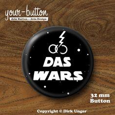 """Button zur Scheidung »Das Wars« 32 mm Button """"Das Wars"""" - der Button zur Scheidung. 1 Button, Button-Größe = 32 mm (1 ¼ Inch) Unsere Buttons werden von Hand hergestellt und mit viel Liebe zum Detail verarbeitet und verschickt."""