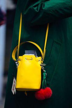 Il secchiello è tra i modelli di borse irrinunciabili della Primavera Estate 2018, e questi scatti dalla Milano Fashion Week lo dimostrano