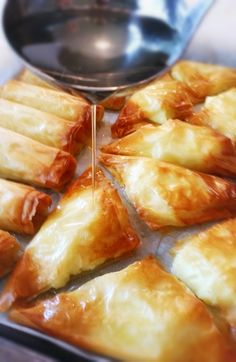 Znoud El Set och Shaabiye är egentligen samma typ av efterrätt men de formas på olika vis. Det är baklava med en krämig fyllning. Znoud el set liknar vårrullar och kan antingen bakas i ugnen eller friteras i olja. Shaabiye är triangelformade bitar.