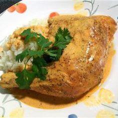 Pollo al chipotle 1. Precalienta el horno a 190°C. 2. Asar piernas en el horno hasta que la piel se dore y la carne esté bien cocida, entre 30 y 40 minutos. 3. Mientras, licua leche, crema, chipotles y consomé de pollo. Derrite margarina en un sartén grande a fuego medio y agrega la salsa de chipotle. Cuando esté a punto de hervir, reduce el fuego a bajo y sazona con sal al gusto. Agrega las piernas de pollo y deja cocinar durante 10 minutos más o hasta que el pollo haya absorbido.