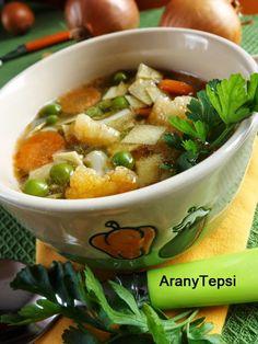 AranyTepsi: Borsóleves karfiollal, házi tésztával Thai Red Curry, Bacon, Food And Drink, Soup, Cooking, Ethnic Recipes, 1, Fimo, Recipies