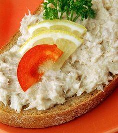 Сварите яйца в кипящей воде вкрутую, слейте, подержите под холодной водой и очистите.