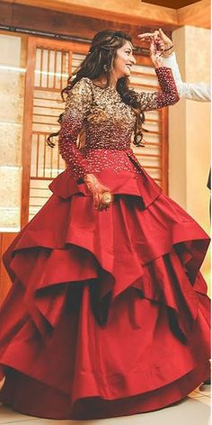 30 Exciting Indian Wedding Dresses That You'll Love Indian wedding dresses are very beautiful. Usual indian bridal dresses made of chiffon or silk and adorned with elaborate embroidery, red or gold color. Indian Wedding Gowns, Indian Gowns Dresses, Indian Bridal, Lehenga Wedding, Indian Wedding Receptions, Red Gowns, Bridal Outfits, Bridal Dresses, Dress Wedding
