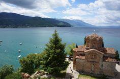 Ohrid Declarada Patrimonio de la Humanidad por la UNESCO en 1980. Está a orillas del lago del mismo nombre y su ciudad vieja es un auténtico regalo para los sentidos, siendo uno de los asentamientos humanos más antiguos de Europa. Su primera mención data de unos documentos griegos de cerca del 353 AC y el lago tiene cerca de más de 3 millones de años.