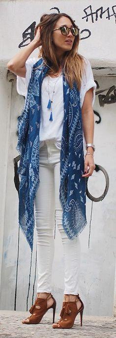 Um lenço sempre faz diferença!  Blue Scarf Camel Sandals Styling