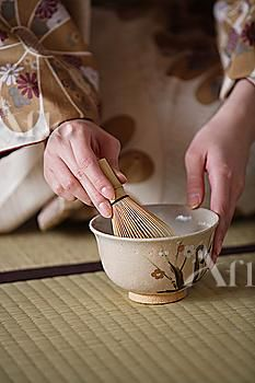 Woman preparing Japanese tea | KIMONOs and TEA | pinned by http://www.cupkes.com/