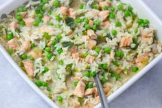 No-stir risotto with salmon, leek and peas - MyKitchen - Mas & Pas Salmon Risotto, Risotto Rice, Oven Baked Risotto, Leek Recipes, Avocado Dip, Frozen Peas, Casserole Dishes