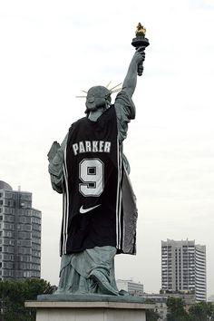 Là, Nike fait très fort en habillant une statue de la liberté ! Habiller les statues / sculptures de la ville