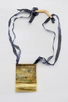 Collana Africa, papà e io (2007) - Lucia Massei - Italia - Realizzata in shibuichi, oro giallo e seta