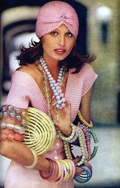 Apollonia Van Ravenstein // 1972 // Trending : Turbans // 1969 & Boho Rockstar Street + Stage Style // The Jet Set // Glam Bohemian Mashup // Designer Fashion Ideas + Inspiration Seventies Fashion, 60s And 70s Fashion, Retro Fashion, Vintage Fashion, Lauren Hutton, Vintage Beauty, Pantalon Elephant, 1970 Style, Flower Power