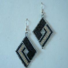 """Boucles d'oreilles en tissage brick stitch motif """"losange"""" noir, doré, argenté"""