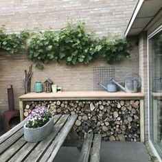 Houtopslag en bbq tafel - Lilly is Love Bike Shed, Atrium, Outdoor Furniture, Outdoor Decor, Firewood, Decoration, Home And Garden, Backyard, Exterior