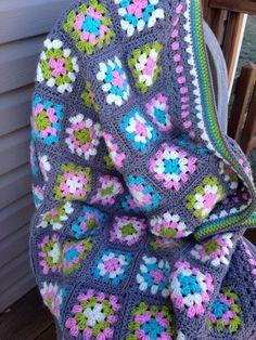 New ideas crochet granny square blanket black yarns Baby Afghan Crochet, Crochet Quilt, Granny Square Crochet Pattern, Crochet Squares, Crochet Blanket Patterns, Knit Or Crochet, Crochet Granny, Crochet Motif, Crochet Designs