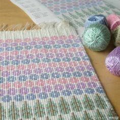 ブンデンローゼンゴン Hydrangea Weaving Projects, Diy Projects, Loom, Knitted Hats, Macrame, Hand Weaving, Woven Bags, Textiles, Tapestry