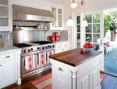 cuisine avec armoires blanches et îlot compact avec rangement