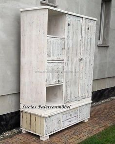 This is another idea by accommodating drawers in the pedestal area of the wardrobe and creating a high reused wood pallet wardrobe to fulfill your needs. Two open cabinets are giving you an option to place your most used items so that you could have a direct access to them. This is an amazing idea to recycled your used wood pallets.