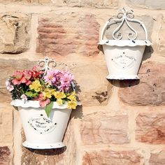 A great addition to any garden or conservatory, this set of 2planters aredesigned to be hung from a wall and will look great with a plant such as ivy trailing over the edge of the plant pot. Made from metal with an embossed design to the front which reads home sweet home, they areis finished in ivory that has been intentionally distressed to give a rustic, shabby chic feel. The rims have been decorated with a navy blue line. The back of the planter is adorned with a scroll design and to the…