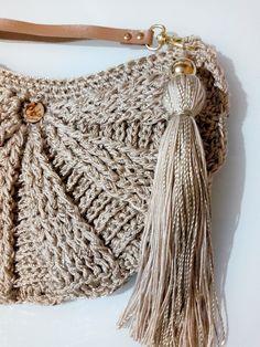 A Crochic se inspira nos melhores modelos para as mais estilosas! Essa é a Bolsa Jorgele! Bucket Bag, Bags, Fashion, Crochet Pouch, Craft, Templates, Handbags, Moda, Fashion Styles