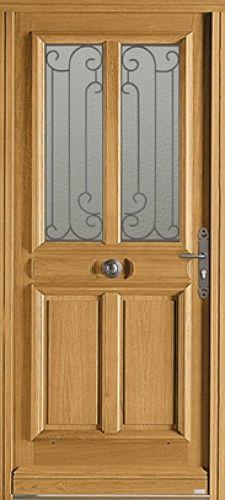 Modèle Courcelles Porte d'entrée bois classique mi vitrée Une grille à choisir brute ou laquée selon vos envies.