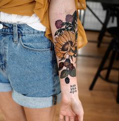 22 Beautiful Large Floral Tattoo for Women 22 bela tatuagem floral grande para mulheres Sunflower Tattoos, Sunflower Tattoo Design, Flower Tattoo Designs, Tattoo Flowers, Sunflower Tattoo Sleeve, Tattoo Ideas Flower, Flower Cover Up Tattoos, Colorful Sunflower Tattoo, Cute Tattoos