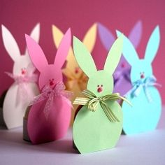 With this super free easter printable and craft tutorial you can make a parade of easter bunnies for the breakfast table on easter morning, or just create some for a cute easter gift for your loved ones! This easter egg holder paper bunny is a . Easter Bunny Eggs, Hoppy Easter, Easter Gift, Easter Party, Easter Brunch, Bunnies, Bunny Crafts, Easter Crafts, Holiday Crafts