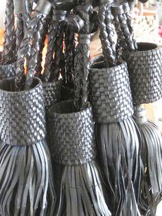 Pompon fabriqué à la main en chambre à air recyclée dans l'Atelier Mis Wude à Dakar